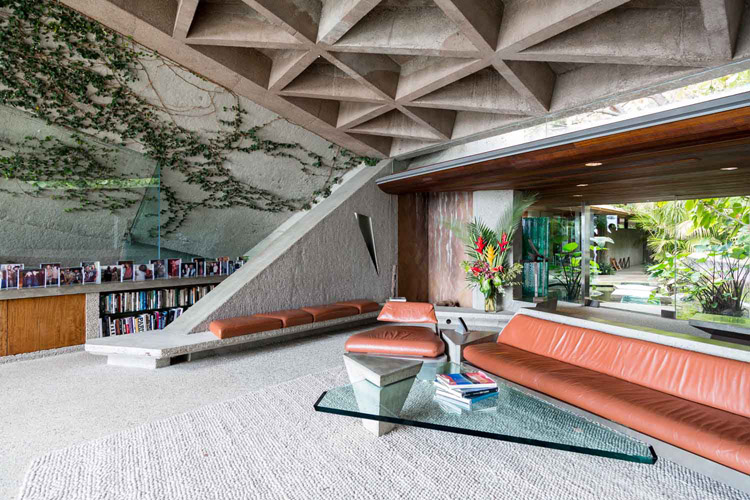 Built in 1963 by John Lautner for the Sheats family currently owned by James Goldstein, The Goldstein House is a large concrete block surrounded by vegetation with huge windows and an incredible view over city of Los Angeles.